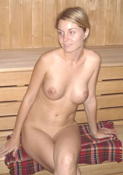 жена в сауне